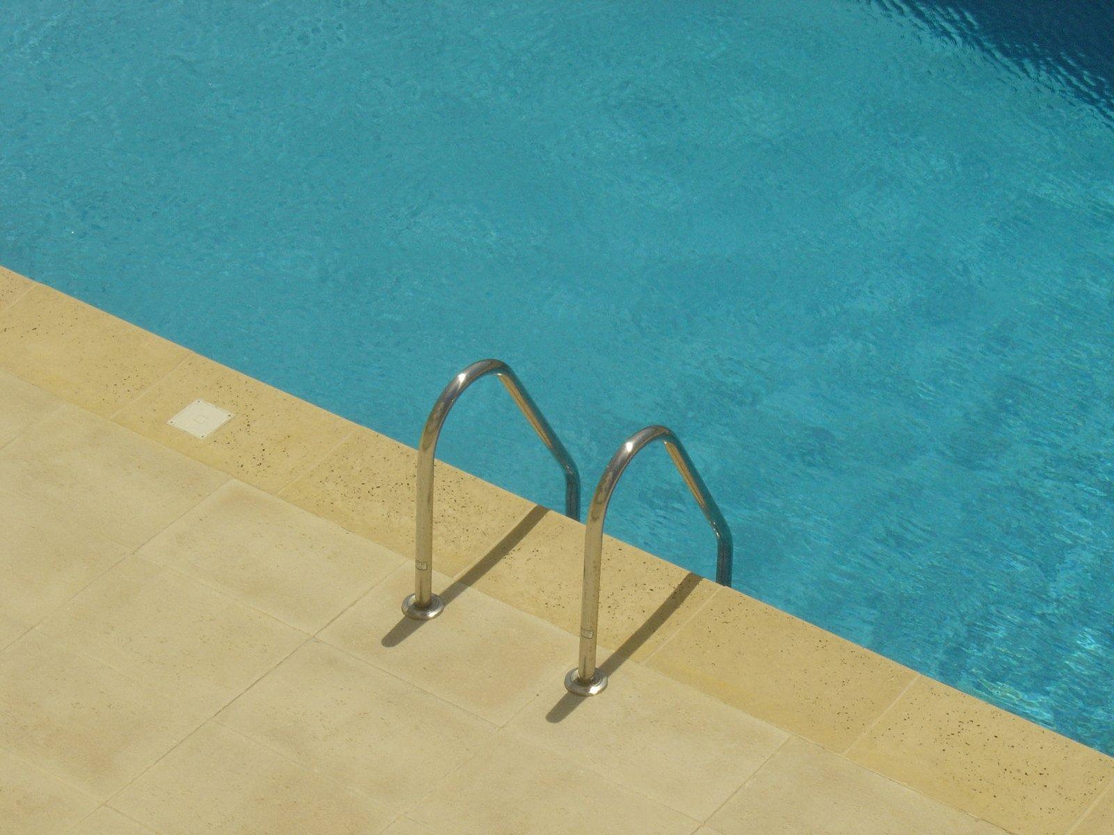 bazén a zábradlie