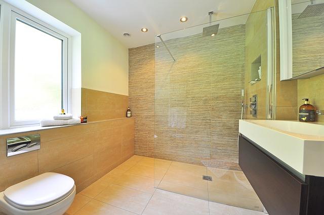 Kúpeľna potrebuje nové obklady. Ako postupovať?