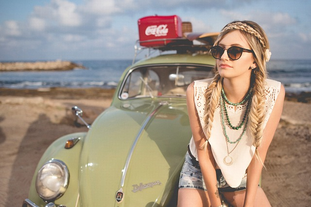 dívka s autem na pláži