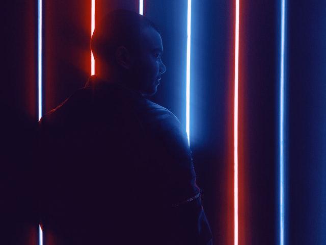 Muž pozerajúci sa na žiarovky