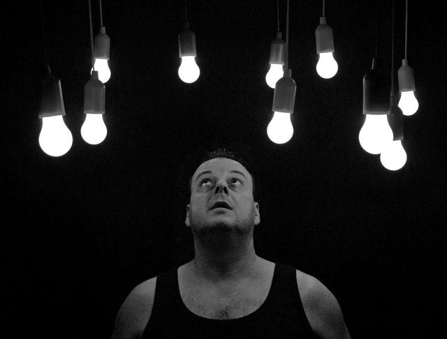 Muž stojaci pred stenou s LED pásikmi