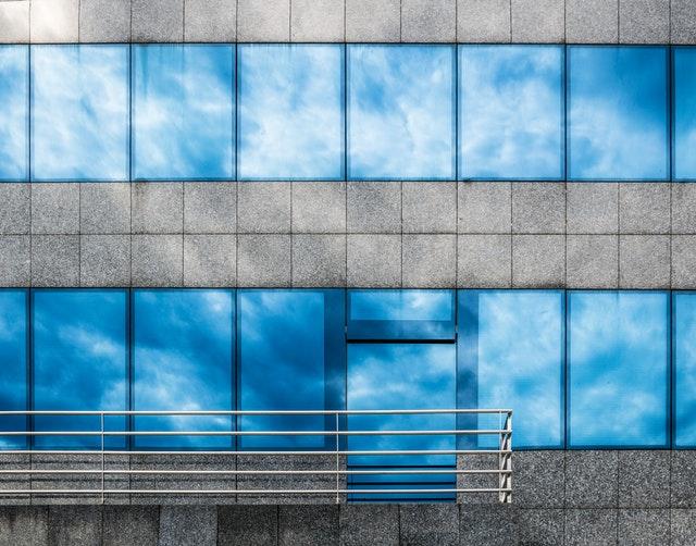 sklenená stena na budove.jpg